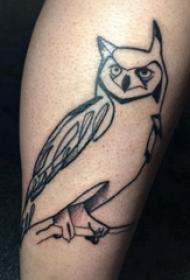 极简线条纹身 男生小腿上黑色的猫头鹰纹身图片