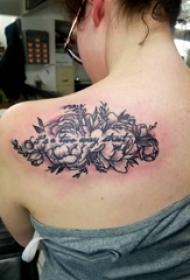 花朵和英文纹身图案  女生后背上花朵和英文纹身图片