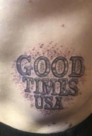 英文字母纹身男  男生腹部黑灰的英文字母纹身图片