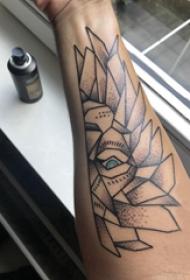 几何动物纹身 男生手臂上黑色的几何狮子纹身图片
