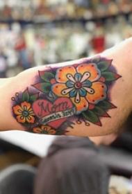 大臂纹身图 男生大臂上心形和花朵纹身图片