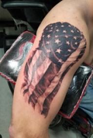 双大臂纹身 男生大臂上黑色的国旗纹身图片