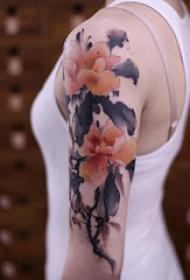彩色泼墨纹身 女生手臂上彩色的花朵纹身图片