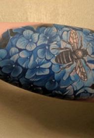 紋身圖案花朵  男生大臂上彩色的花朵和蜜蜂紋身圖片