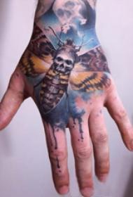 手背纹身  男生手背上彩绘骷髅纹身图片