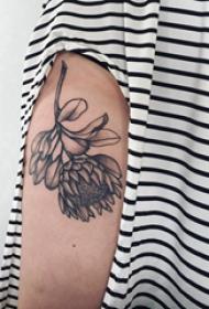纹身图案花朵  女生手臂上黑灰的花朵纹身图片