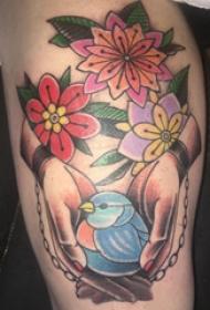 臀部纹身  女生臀部花朵和鸟纹身图片