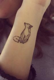 小动物纹身 女生手腕上黑色的狐狸纹身图片