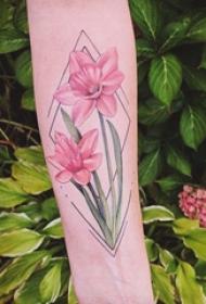 手臂纹身素材 女生手臂上菱形和花朵纹身图 片