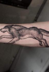 小动物纹身 男生手臂上黑色奔跑的狼纹身图片