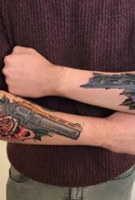 手臂纹身图片 男生手臂上花朵和枪纹身图片