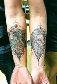 手臂紋身圖片 男生手臂上熊和獅子紋身圖片