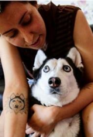 宠物狗纹身 女生手臂上黑色的小狗纹身图片