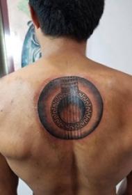 后背纹身男  男生后背上黑灰的几何图形纹身图片