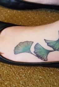 銀杏葉紋身 女生腳部銀杏葉紋身圖片