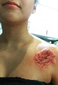 玫瑰纹身图 女生锁骨下玫瑰纹身图片