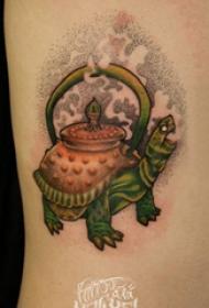龟纹身  女生侧腰上彩色的乌龟纹身图片