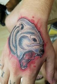 熊紋身 男生手部熊紋身圖片