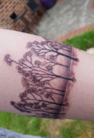 植物纹身 女内行臂上黑色的臂环纹身图片