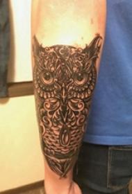 猫头鹰纹身图 男生手臂上黑色的猫头鹰纹身图片