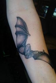 纹身蝙蝠 男生手臂上黑色的蝙蝠纹身图片