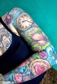 花臂紋身 女生手臂上花朵和鐘表紋身圖片