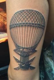 热气球纹身 男生大臂上黑色的热气球纹身图片