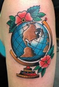 地球纹身图案  女生手臂上地球和花朵纹身图片