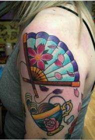 双大臂纹身 女生大臂上杯子和扇子纹身图片