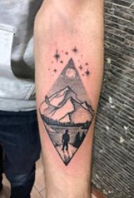 几何元素纹身 男生手臂上菱形和山水风景纹身图片