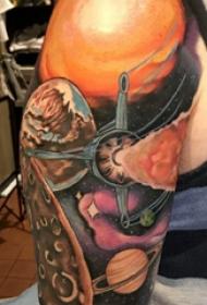大臂纹身图 男生大臂上彩色的宇宙纹身图片
