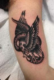 老鹰和蛇纹身图案  女生手臂上老鹰和蛇纹身图片