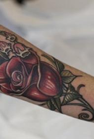 玫瑰纹身图 男生手臂上彩色的玫瑰纹身图片