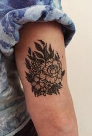 花卉纹身图案  女生手臂上黑灰的花卉纹身图片