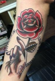 花朵纹身 男生手臂上手握玫瑰纹身图片