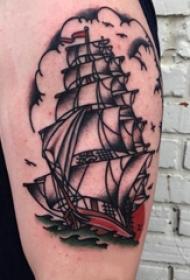 帆船纹身图片 男生大臂上彩色的帆船纹身图片