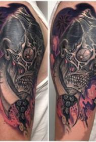 骷髅纹身  男生手臂上彩绘的骷髅纹身图片