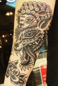 纹身手臂内侧女  女生手臂上刺猬和狼纹身图片