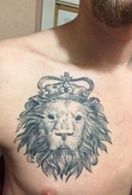纹身胸部男 男生胸部黑灰的狮子头纹身图片