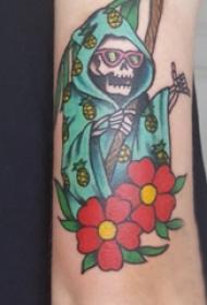 骷髅和花朵纹身图案  女生手臂上骷髅和花朵纹身图片