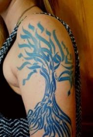 纹身树枝 男生大年夜臂上蓝色的树纹身图片