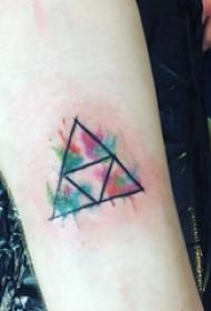 水彩纹身图片女 女生手臂上彩色的三角形纹身图片