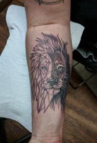 狮子王纹身  男生小臂上黑灰的狮子王纹身图片