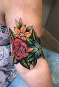 大臂纹身图 女生大臂上娇艳的花朵纹身图片