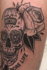 骷髅和花朵纹身图案  男生小腿上骷髅和花朵纹身图片