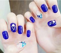 高貴優雅的時尚寶藍色美甲圖片大全