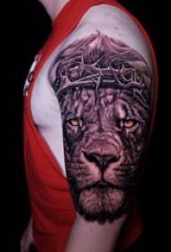 狮子王纹身   男生手臂上素描的狮子王纹身图片