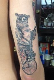 熊紋身 男生手臂上騎自行車的狗熊紋身圖片