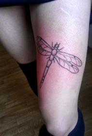 蜻蜓纹身图案 女生大腿上黑色的极简纹身图片
