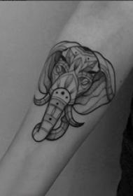 神象纹身 男生手臂上黑灰的大象纹身图片